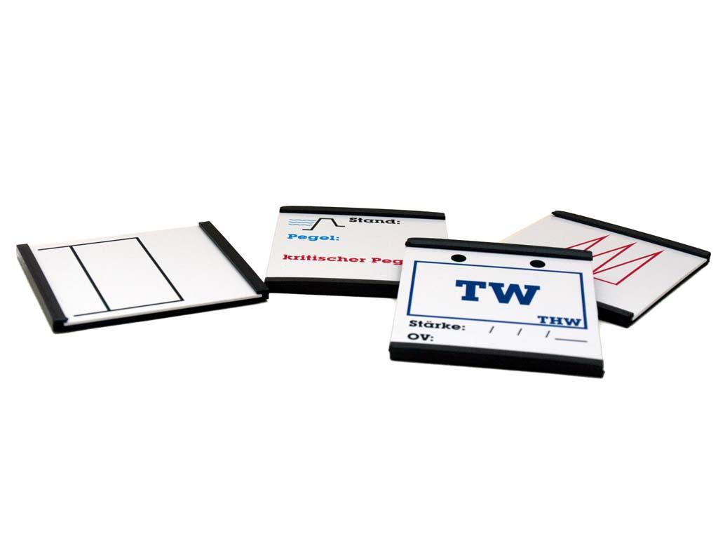 Der taktische zeichen plastikkarten vergleich der abmessungen von